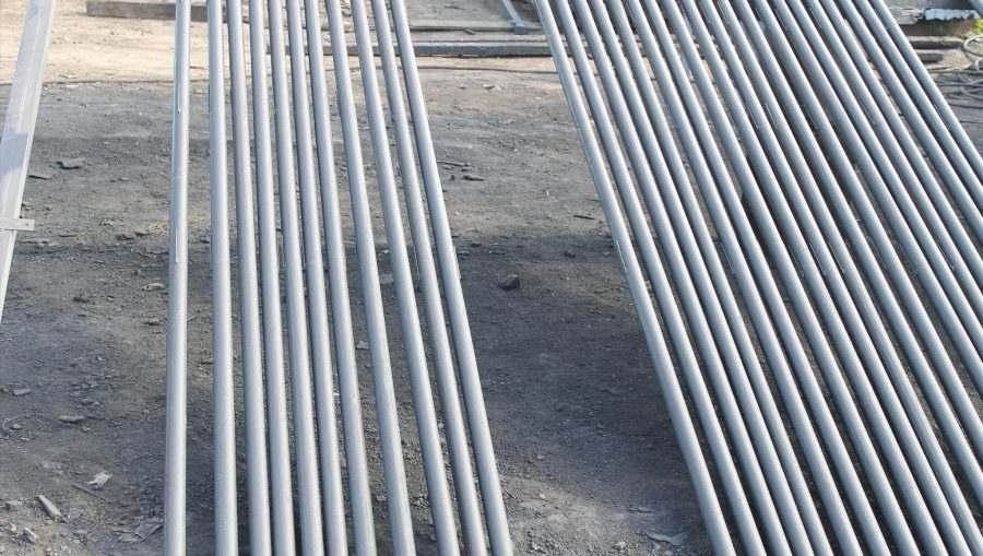 Достоинства и особенности металлических труб для монтажа заборов