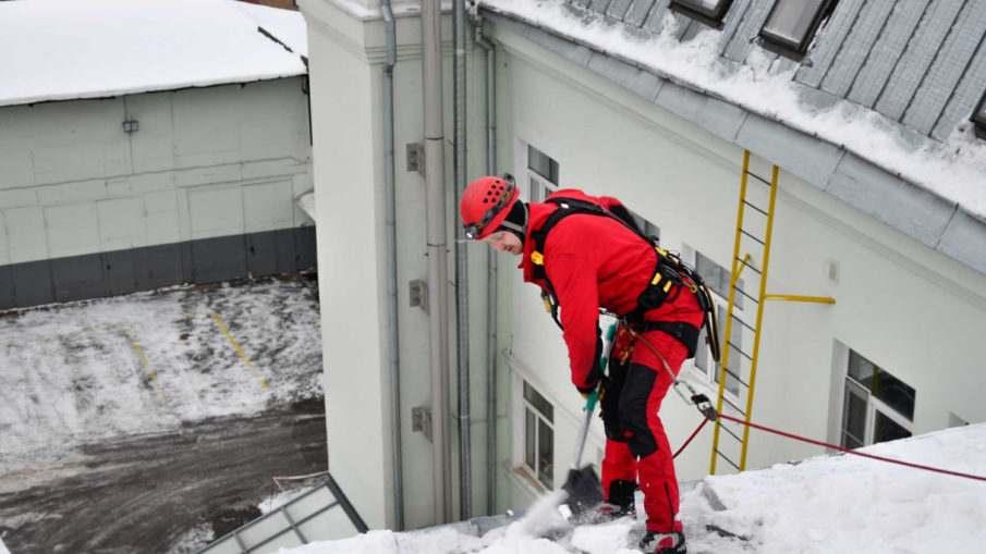 Чем опасны снег и наледь на крышах